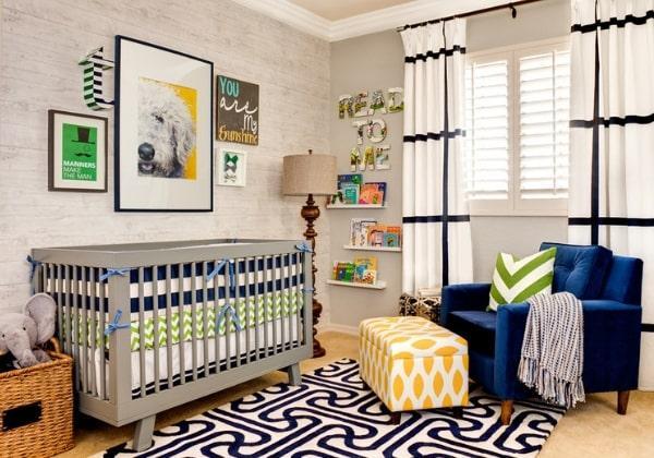 Нейтральный ремонт детской комнаты для мальчика грудного возраста, за счёт выбора спокойных светлых цветов потом комнату можно будет без проблем переделать под любые потребности ребёнка