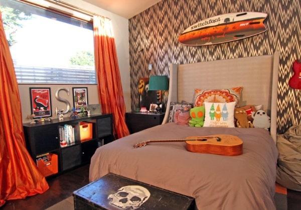 Тёплая рыжая комната для мальчика, который любит веселиться и хулиганить, забавные подушки, удобные напольные полочки