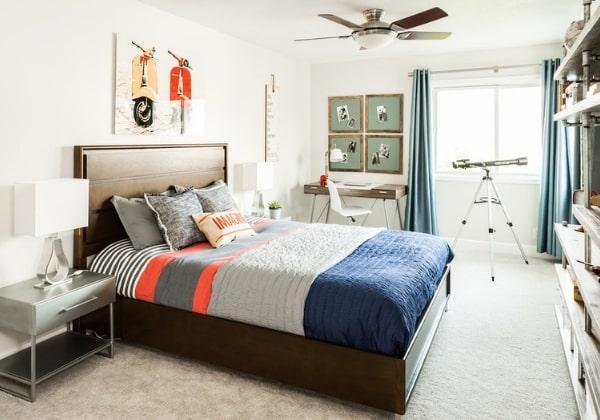 Светлый ремонт детской для мальчика среднего школьного возраста, уютно, при этом никаких лишних деталей, удобная кровать, комфортное рабочее место
