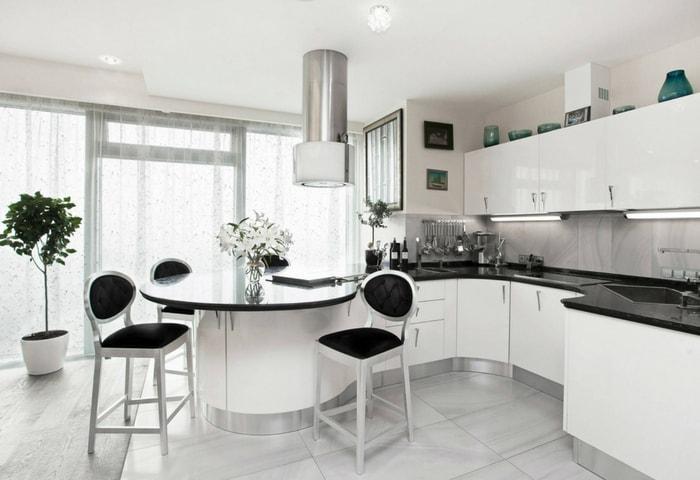 Ремонт кухни в стиле Хай-тек с выделяющейся хромированной вытяжкой