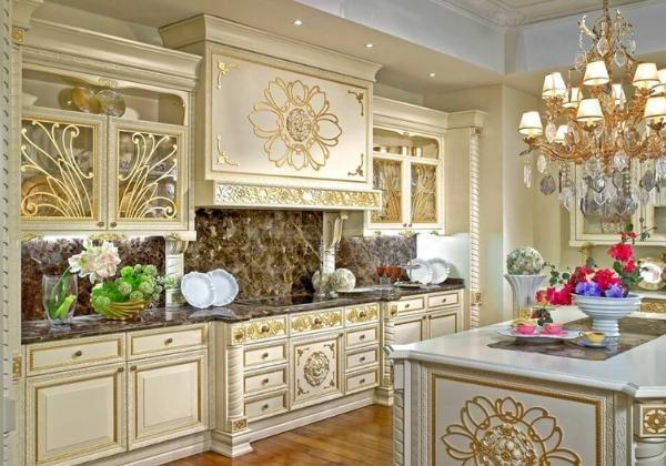 Светлая кухня в стиле Барокко, гарнитура сделана на заказ и выдержана в торжественном стиле с золочёными цветочными узорами