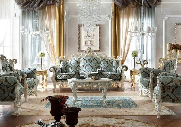 Гостиная в стиле Барокко, светлые стены декорированы лепниной, мебель обита мягкой тканью с контрастной мятно-коричневой вышивкой, на окнах сочетается тюль серо-голубого и горчичного цвета, что удачно дополняет интерьер