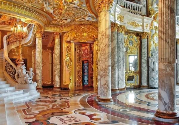 Стиль Барокко отлично вписывается во дворцы, загородные виллы и дачи, здесь можно оформить мраморные колонны, широкие лестницы с резными перилами, золочёную лепнину на потолке и стенах, мраморный пол с сюжетным рисунком