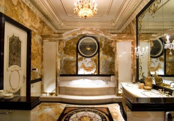 Ванная в стиле Барокко, стены оформлены мрамором, чёрным расставлены акценты по стенам и полу