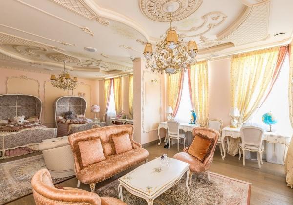 Нежно-персиковая детская для двух девочек в стиле Барокко, зонирование на зоны отдыха, учёбы и приёма гостей