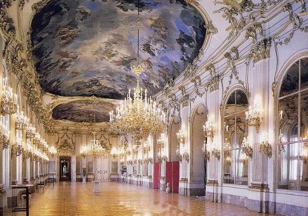 Лепнина и роспись потолка в Барокко идеально подходят для оформления бальных залов с высокими потолками, где пространство позволяет стилю разгуляться на полную