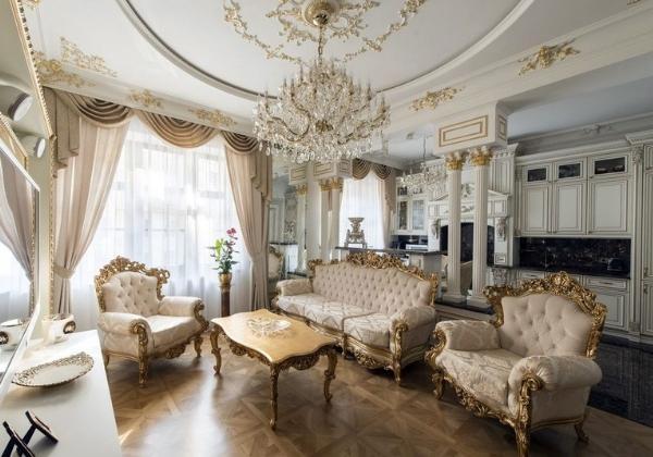 Светлое Барокко в современной квартире, массивная хрустальная люстра с золочением отлично вписывается в дизайн, сочетаясь с золочёной лепниной и резными элементами мебели