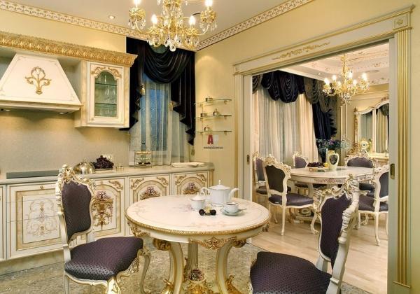 Кухня в стиле Барокко, весь современный гарнитур декорирован стилизованной лепниной, на окнах - бархатные шторы, арка между кухней и столовой также оформлена золоченой лепниной