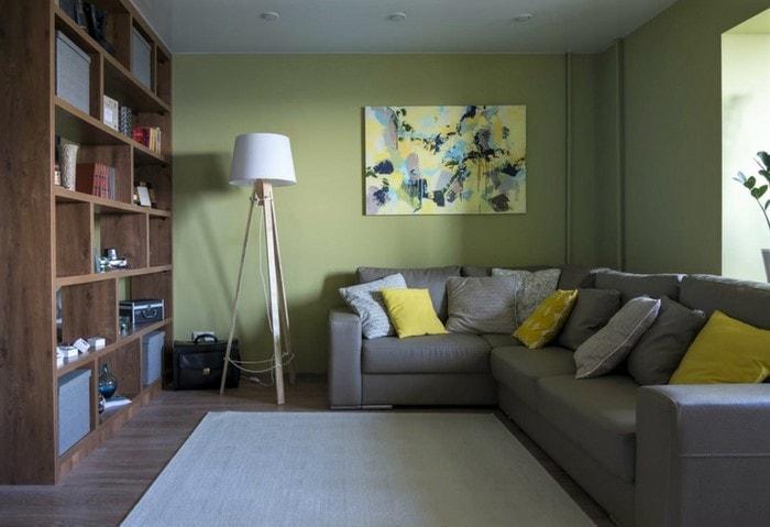 Ремонт гостиной в Корабле в зелёном цвете, контрастная мебель, отсутствие штор и занавесок способствует естественному освещению