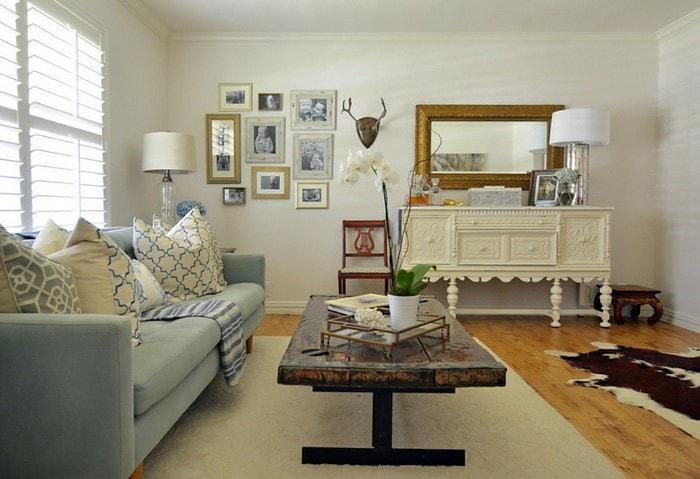 Светлый ремонт гостиной в Корабле и лёгком стиле Модерн, винтажная мебель, современный диван