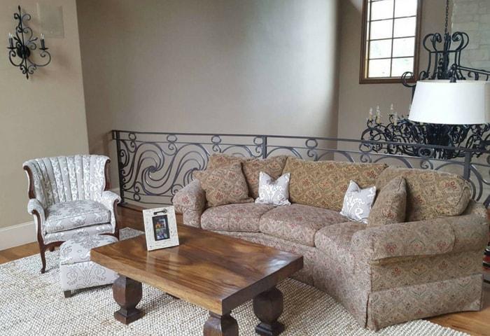 Загородный дом в стиле Модерн, винтажная мебель с цветочным рисунком, кованные элементы декора