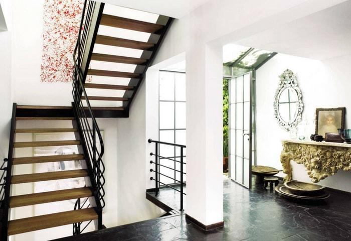 Осовремененный вариант стиля Модерн, всё ещё светлый, дорогой и с отчётливыми природными мотивами
