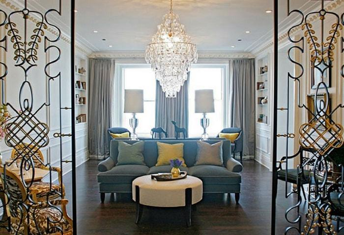 Дизайн гостиной в стиле Модерн, кованые перегородки, однотонная мебель, характерная массивная хрустальная люстра