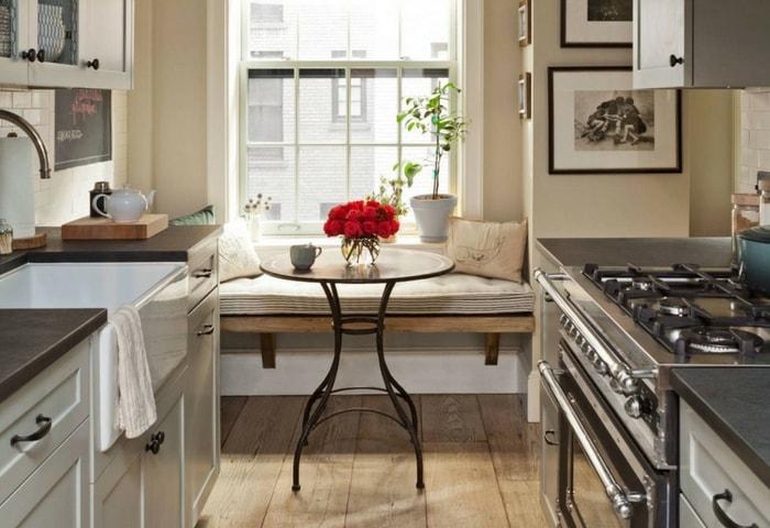 Кухня в сдержанном Модерне, характерные деревянные полы, теплые цвета изогнутые линии