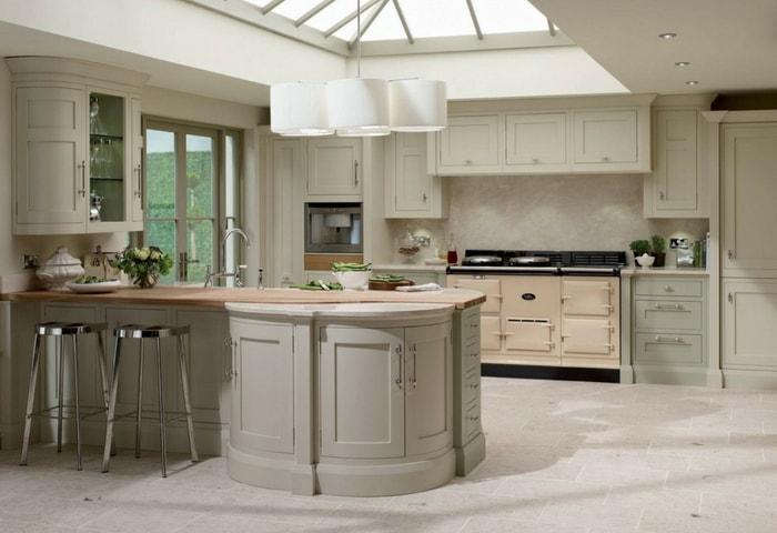 Кухня в стиле Модерне, монохромное оформление в нежно-оливковом цвете, прямоугольные элементы намеренно округлены