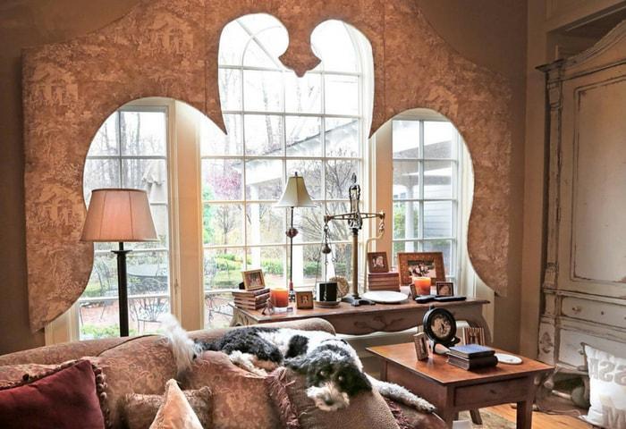 Плавные изогнутые линии окна и обилие естественного освещения
