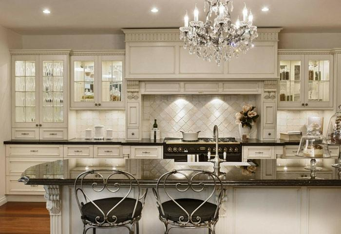 Стильные барные стулья с кованными спинками, деревянный кухонный гарнитур, характерная люстра в стиле Модерн