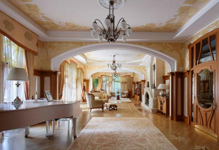 Классический вариант Модерна, просторное помещение с большими окнами, тёплые цвета, обилие натурального дерева