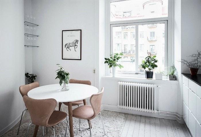 Для ремонта маленькой комнаты подходят круглые столики, они выглядят более компактно