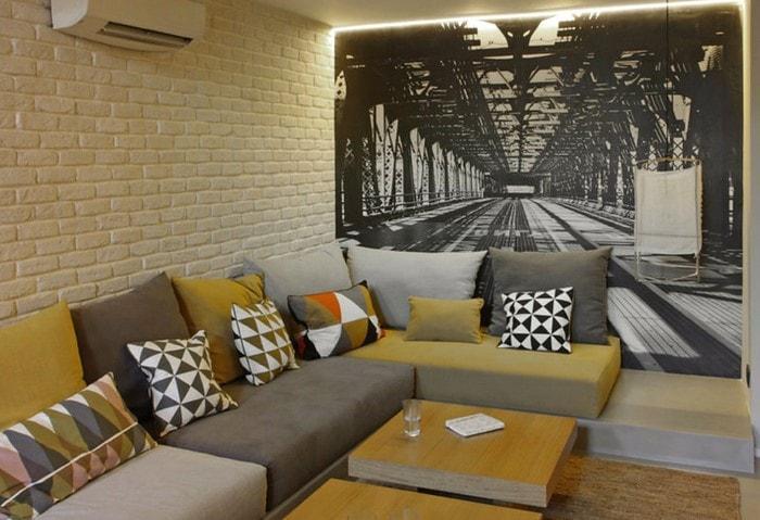 Для визуального удлинения комнаты можно использовать фото-обои с перспективой