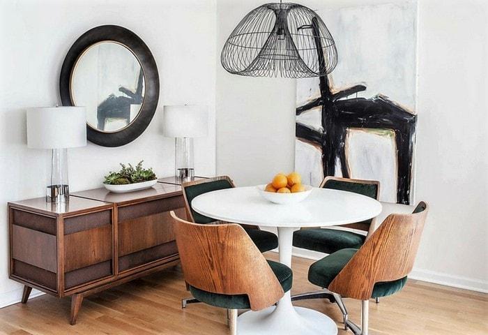 Круглые столики на одной ножке - также отличный атрибут для небольшой комнаты
