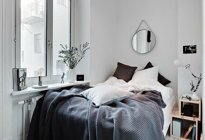 Светлый ремонт маленькой спальни, обратите внимание на отсутствие штор и небольшие прикроватные полочки