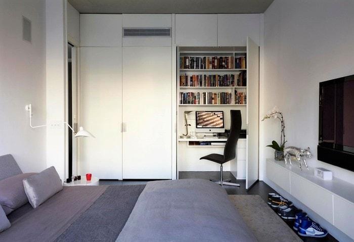 Рабочее место можно оформить в шкафу: задвинув кресло и закрыв дверцу вы полностью прячете стол