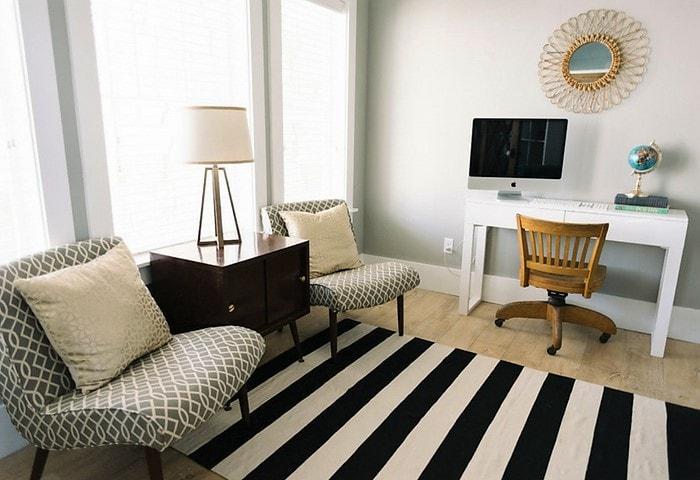 Пара удобный кресел выгодно заменяют один диван. к тому же занимают меньше места