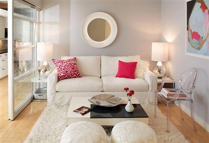Для зонирования маленьких комнат можно использовать стеклянные перегородки и прозрачные элементы мебели (на фото - прозрачный пластиковый стул)