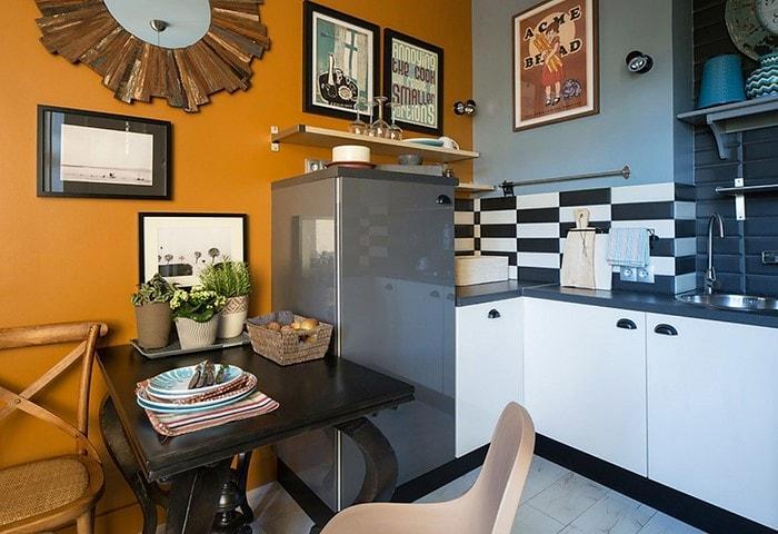 На кухне нужен стол, но не обязательно же большой! Рассмотрите более миниатюрные столы, неплохо сэкономите место