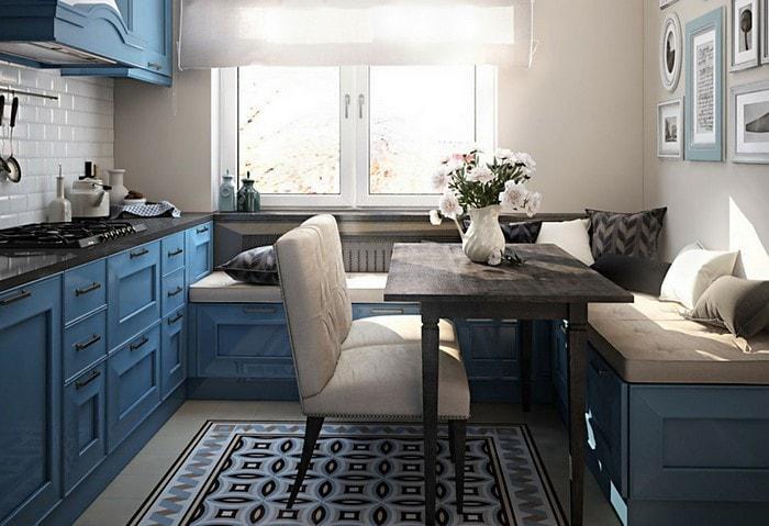 Интересный вариант оформления маленько кухни – подобрать кухонный уголок и гарнитур из одной серии, как на фото