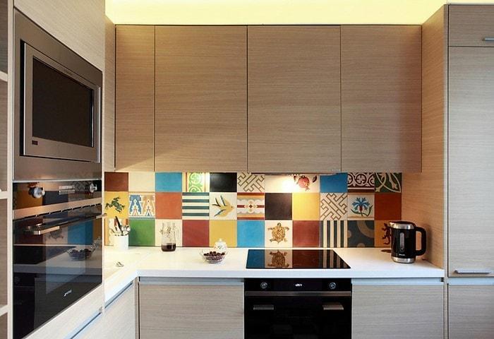 Минималистичная фурнитура не отвлекает, встроенные плита, посудомоечная машина и микроволновка сильно экономят место