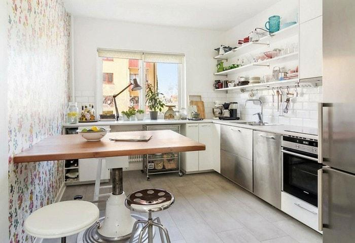 Открытые полки на маленькой кухне перегружают пространство, однако при правильной дозировке смотрятся довольно неплохо и прибавляют уюта