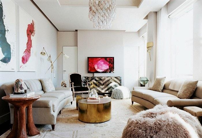 Светлый ремонт гостиной по дизайн-проекту с яркими элементами декора и оригинальной массивной люстрой