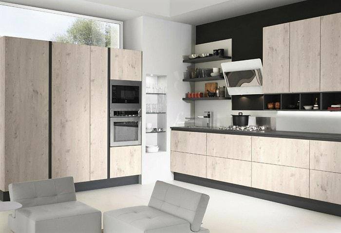 Дизайн-проект ремонта кухни в стиле Хай-тек с деревянным гарнитуром и встроенной техникой