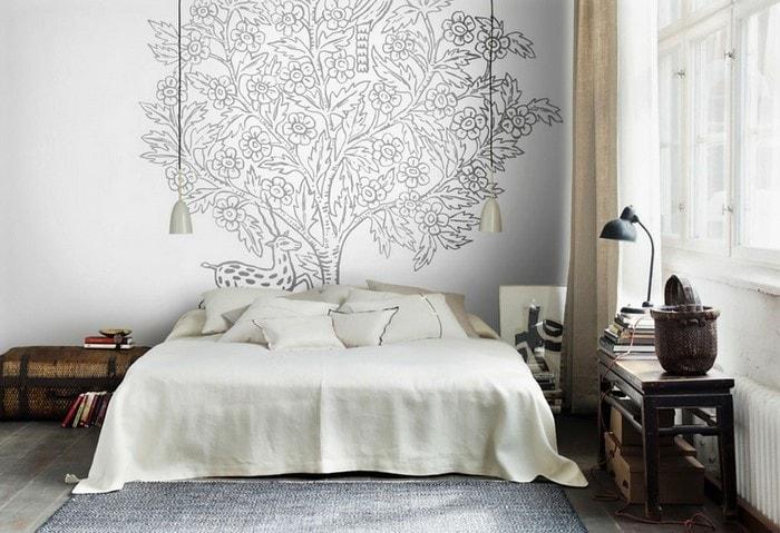 Дизайн-проект ремонта спальни в старом фонде с оригинальным рисунком на стене
