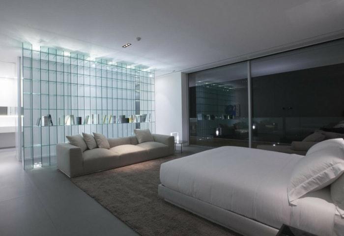 Ремонт спальни в стиле Хай-тек с оригинальной стеклянной стеной-перегородкой