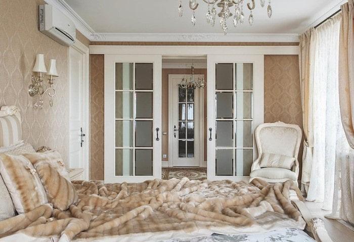 Так же самая спальня в классическом стиле с другой стороны, раздвижные двери с большими стеклянными вставками