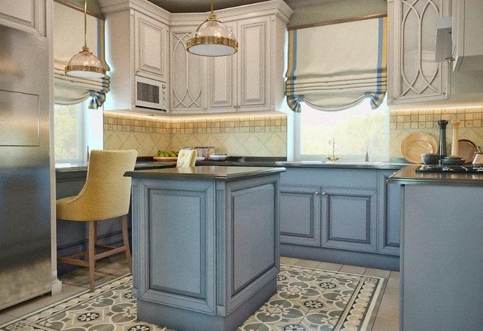Сдержанная кухня в классическом стиле, практичные римские шторы на окнах, небольшой кухонный островок по центру