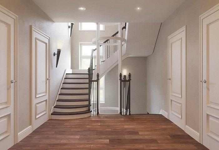 Лестницы в классическом стиле, светлые стены, тёмный пол из натурального дерева, оригинальные настенные бра