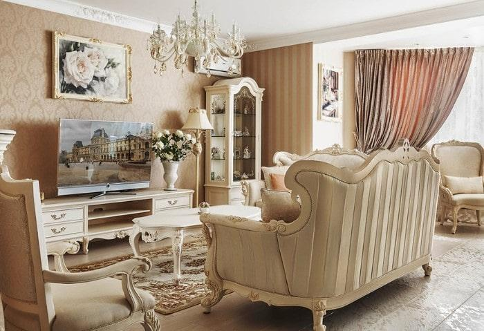Гостиная в классическом стиле, монохромный бежевый, мебель с резными ножками, массивная люстра под потолком