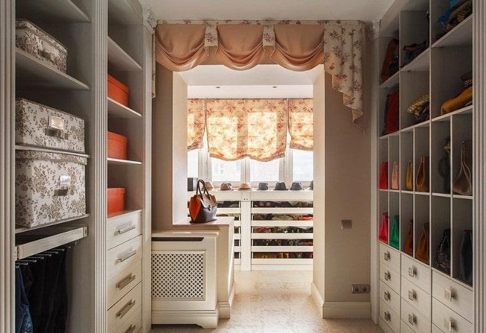 Просторная гардеробная в классическом стиле