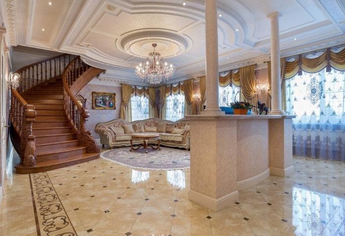 Ремонт зала с лестницей в классическом стиле