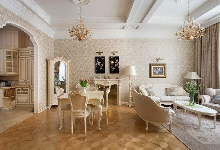 Натуральный деревянный паркет сложной укладкой на полу в зале, характерные природные орнаменты в отделке и декоре, массивные люстры