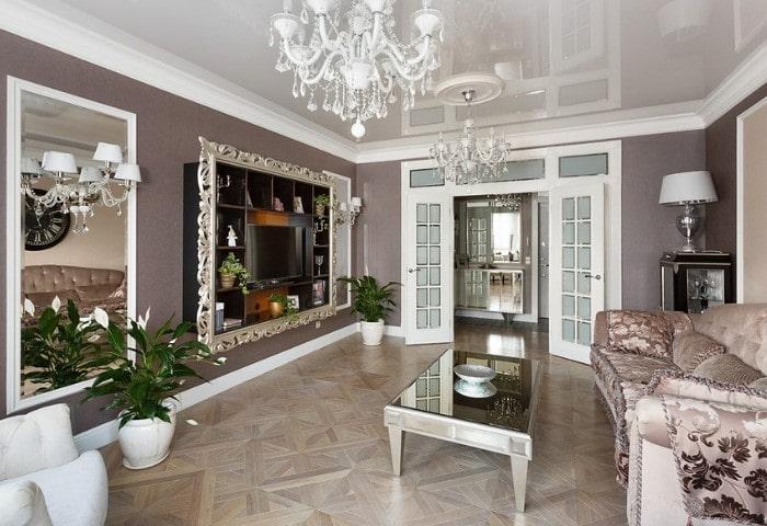 Светлая гостиная в классическом стиле, хрустальная люстра, паркет из дорогих сортов дерева