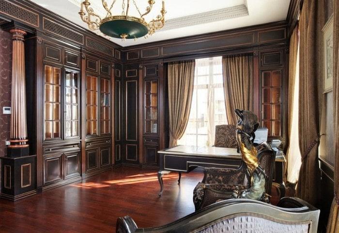 Кабинет в классическом стиле, отделка тёмным натуральным деревом, на окнах классический вариант - прозрачный тюль и строгие плотное шторы