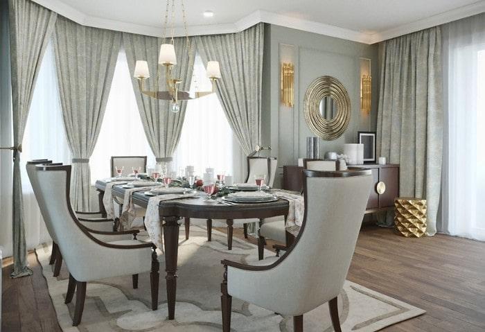 Нежно-зелёная столовая в классическом стиле, выдержанный интерьер, классический вариант оформления окон в два слоя: тюль и плотные шторы, собранные лентами в тон