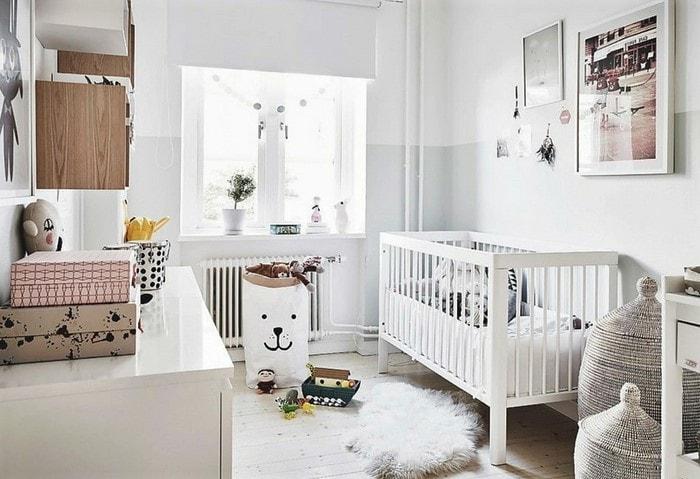 Детская в скандинавском стиле, на окне рулонные шторы, на полу натуральное дерево, отличный вариант для детей любого возраста
