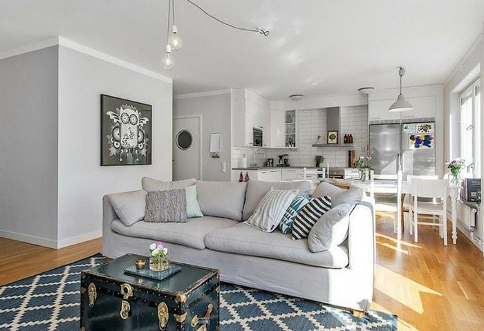 Гостиная в скандинавском стиле, винтажный сундук вместо столка перед диваном
