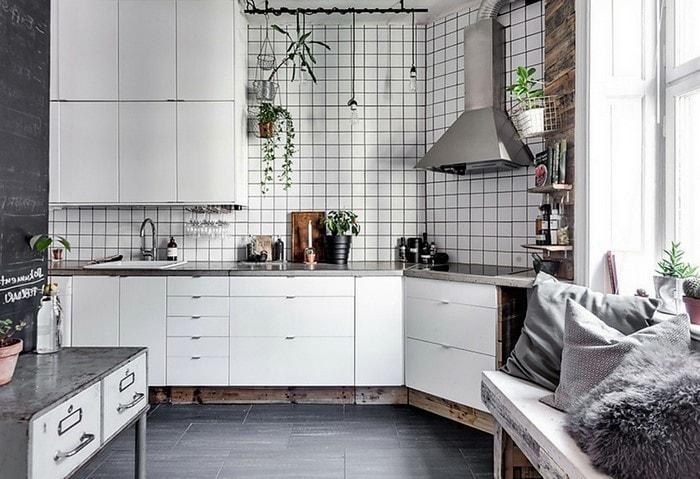 Кухня в скандинавском стиле, белый геометричный гарнитур, живые растения в горшках